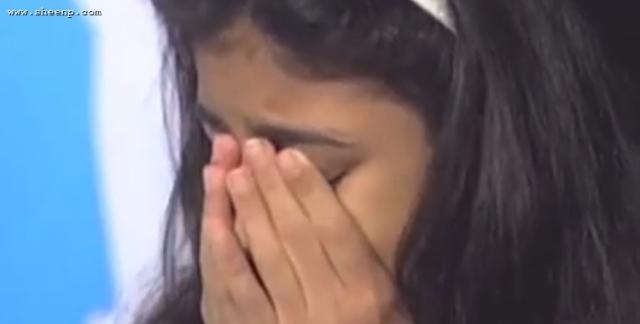 بنت تبكي